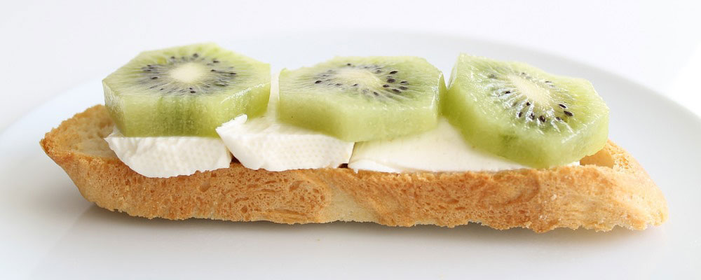 Tostada de queso con kiwi